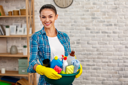 Concepto para servicios de limpieza del hogar Foto de archivo - 83009535