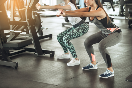 Young women exercise together in the gym Stockfoto