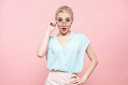 Joven mujer moda lookbook modelo estudio retrato Foto de archivo - 83075873