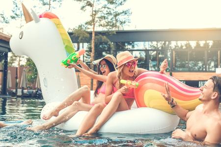 Groep vrienden samen in het zwembad vrije tijd