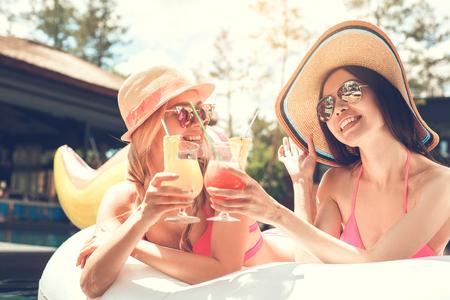 スイミング プールの楽しさで若い女性の友人 写真素材 - 83417240