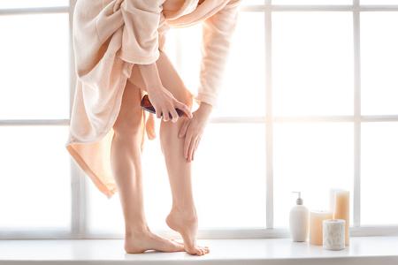 jeune femme soins du corps à la maison appliquer de l & # 39 ; huile Banque d'images