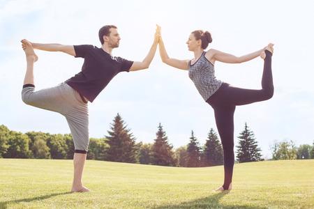야외 활동 acro 요가 야외에서 사람들이 연습