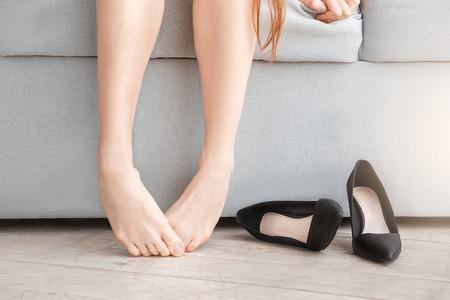 Jonge vrouw lichaamsverzorging thuis binnen