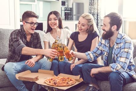 grupo de amigos que tienen fiesta juntos en casa
