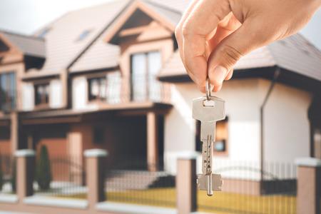 Jonge vrouw huur appartement makelaarskantoor met sleutels Stockfoto