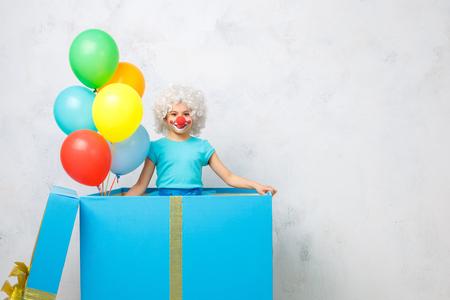 Meisje dat clownkostuum draagt ??die op wit wordt geïsoleerd Stockfoto - 84676618