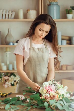花を持つ若い女性花屋職業