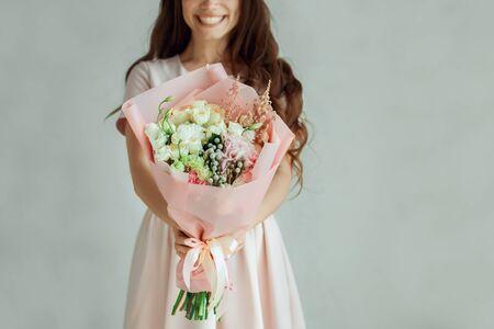 Junge Frau mit einem Blumenstrauß