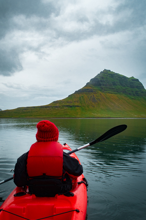 Extreme adventure sport, Iceland kayaking, paddling on kayak, outdoors activity 版權商用圖片 - 109034991