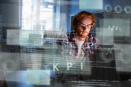 Jeune développeur informatique concentré écrivant un nouveau code