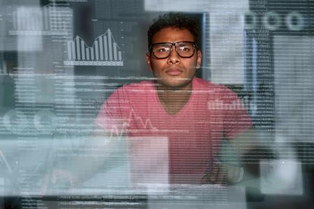 Joven desarrollador indio concentrado de big data con anteojos