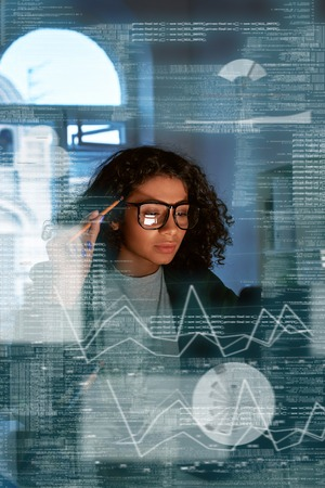 Junge Frau denkt über die Statistik nach Standard-Bild
