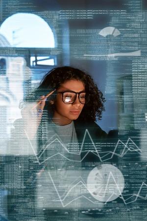 La jeune femme pense aux statistiques Banque d'images