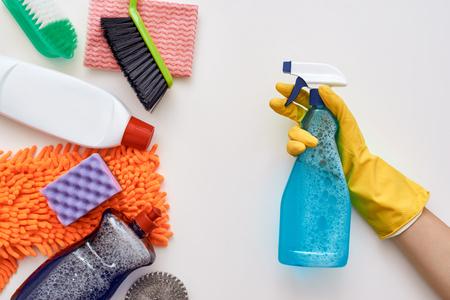 Reinigen Sie weiter. Sprühflasche hat andere Gegenstände isoliert angegriffen