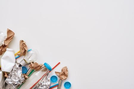 Schütze die Umwelt. Falte Folie, Papier und Plastik in der linken Ecke