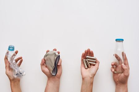 Spare deinen Müll. Vier Arten von Müll in Menschenhand Standard-Bild