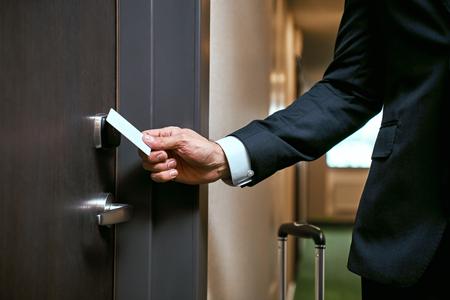 Close-up van het gebruik van keycard om de deur te openen of keycard open deur te scannen op toeval for