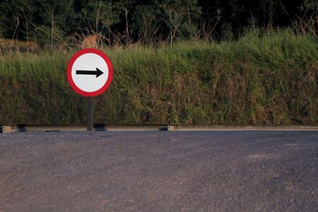 Señal de tráfico que indica la dirección correcta