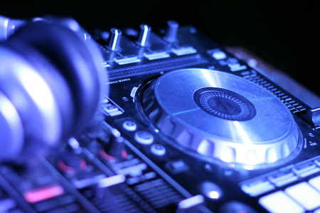 Controller and headphone DJ equipment Imagens - 68983830