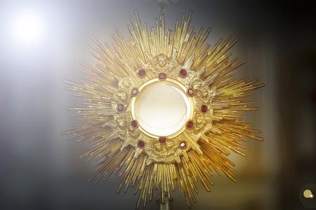 Ostensoire pour le culte lors d'une cérémonie de l'église catholique