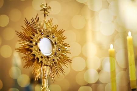 Ostensorio para el culto en una ceremonia de la iglesia católica - Adoración al Santísimo Sacramento - Iglesia católica - Hora santa eucarística