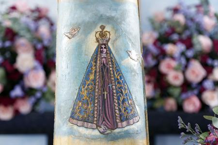 Estatua de la imagen de Nuestra Señora de Aparecida, madre de Dios en la religión católica, patrona de Brasil, imagen impresa en mosaico Foto de archivo