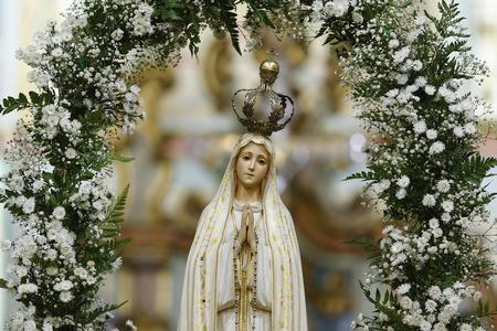 Standbeeld van het beeld van Onze Lieve Vrouw van Fatima, moeder van God in de katholieke religie, Onze Lieve Vrouw van de Rozenkrans van Fatima, Maagd Maria