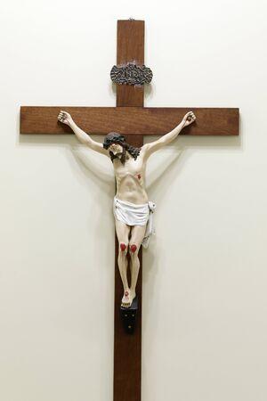 estatua con imagen de Jesús crucificado - cruz de madera y Jesucristo - Señor Jesús Foto de archivo