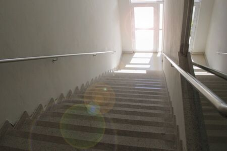 Escalera desde arriba con puerta transparente - concepto de camino a seguir - destino - dirección a seguir Foto de archivo