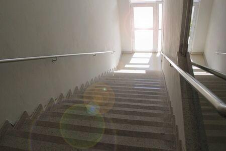Escalier du haut avec porte transparente - concept de marche à suivre - destination - direction à suivre Banque d'images