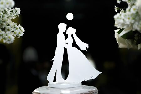 beautiful silhouette of bride and groom decorative - wooden bride and groom profile Imagens - 136491061