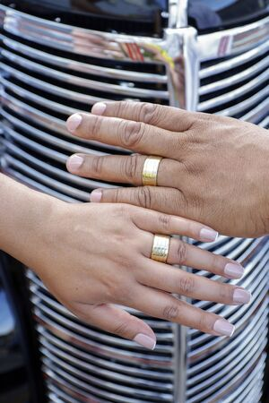 grooms hands joined using wedding rings - golden wedding rings Imagens - 136841772