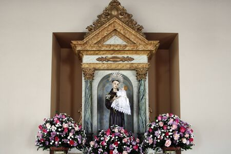saint Anthony of lisbon or St. Anthony de padua and baby Jesus catholic church image Banque d'images