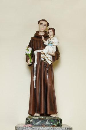 saint Anthony of lisbon or St. Anthony of padua and baby Jesus catholic church image Banque d'images