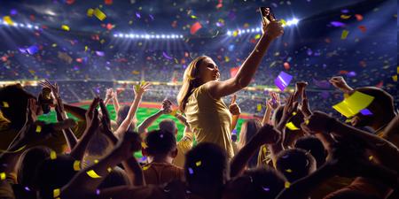 competencia: Fans en el juego de fútbol estadio Confeti y oropel