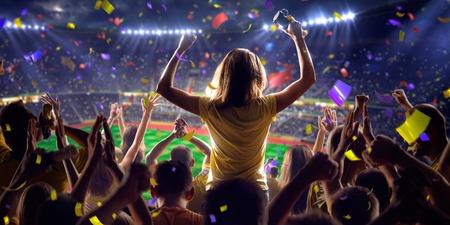 mujer alegre: Fans en el juego de fútbol estadio Confeti y oropel