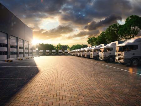 camión: Camiones en el aparcamiento. Carga. tono de la noche