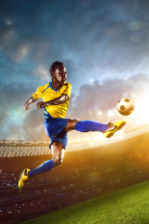 cancha de futbol: Futbolista Negro en acción. Campo Estadio noche