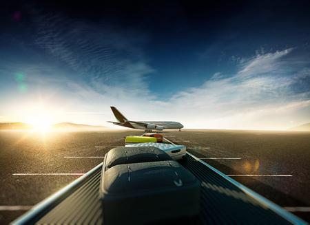 путешествие: Багажный для путешествия Самолет на взлетно-посадочной полосы готовы к старту. 3D визуализации местоположения. Расфокусированным плоскость и фон