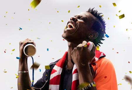 černý fotbalový fanoušek v akci emoce izolován Reklamní fotografie