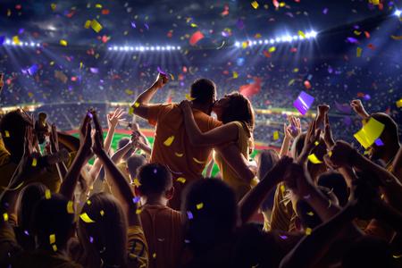 beso: Fans en el juego de fútbol estadio Confeti y oropel