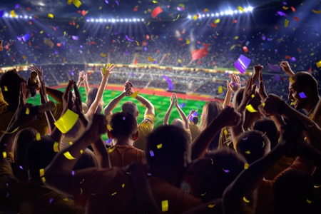 excitación: Fans en el juego de fútbol estadio Confeti y oropel