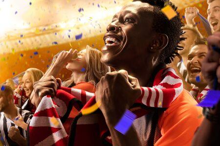 campeonato de futbol: estadio de fútbol ventiladores emociones Retrato de hombre negro