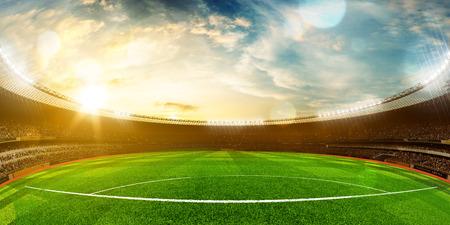 Avond stadion arena voetbal veld kampioenschapstitel. Geel tinten. Wijde hoek Stockfoto