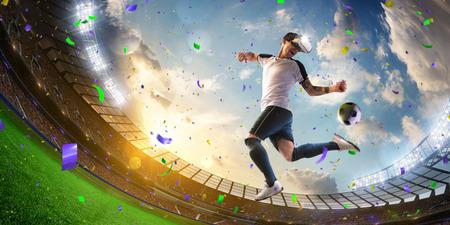 casco de realidad virtual jugador de fútbol en acción aislado Foto de archivo