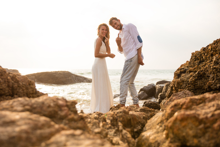 Wedding photo in indian ocean Sri Lanka bad sign and sunny tonning Stockfoto