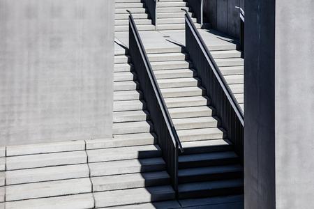 gradini in cemento nel reticolo