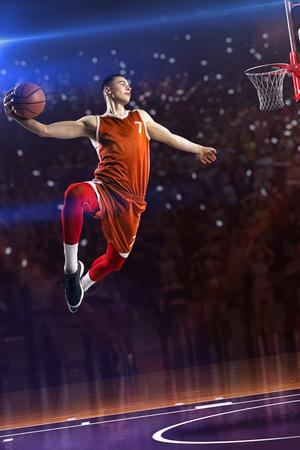 Basketballspieler im Sprung. rund um Arena mit blauem Lichtfleck Standard-Bild