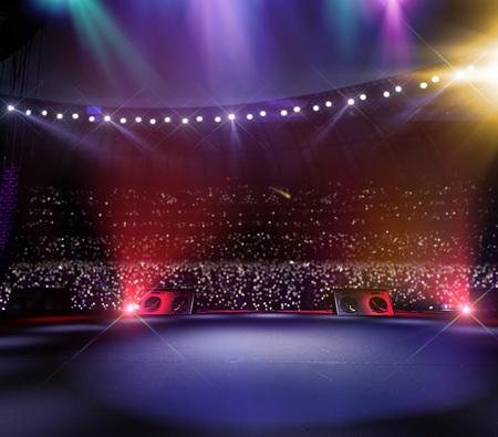 Grande festival di musica del palco principale vuoto. Intorno allo stadio pieno di spettatori. i fan tengono in mano le torce